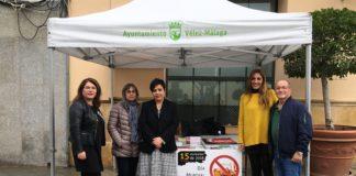 El área de Bienestar Social e Igualdad del Ayuntamiento de Vélez-Málaga ha habilitado una mesa informativa en la plaza de las Carmelitas para ayudar a concienciar a la sociedad de las consecuencias y trastornos que provoca esta adicción.