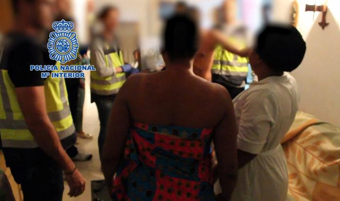 La red captaba a las mujeres en su país de origen, Nigeria y les imponía una deuda de 35.000 euros para cuyo pago eran obligabas a prostituirse en el polígono del Guadalhorce y en Fuengirola.
