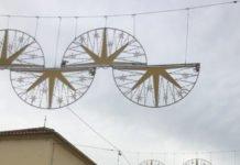 La veleña plaza de Las Carmelitas y luce pascueros en las farolas y alumbrado navideño.