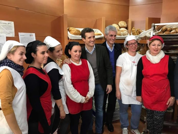Pablo Casado y Adolfo Suárez Illana han visitado la Panadería Ortiz de Vélez-Málaga.