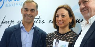 La candidata por el PP de Málaga y secretaria general provincial, Patricia Navarro, junto candidato del PP en Benalmádena,Juan Antonio Lara, y del presidente local,Enrique Moya.