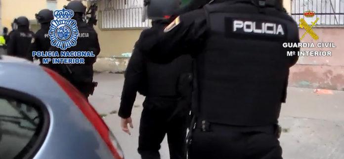  Detenidas 15 personas por su presunta vinculación con un clan familiar dedicado supuestamente al tráfico de drogas, el blanqueo de capitales y la tenencia ilícita de armas.
