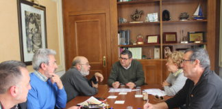 Moreno Ferrer se reúne con los miembros del comité organizador de la activida.