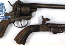 Los agentes han recuperado dos pistolas antiguas de colección sustraídas en una de las viviendas.
